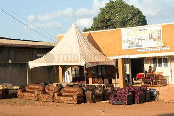 Wakiso Town  Uganda - Strassenszene. Sofas stehen vor einem Moebelgeschaeft.