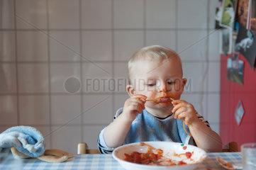 Freiburg  Deutschland  kleines Kind beim Essen