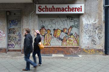 Berlin  Deutschland  Graffiti auf einem heruntergelassenen Rolladen einer Schuhmacherei