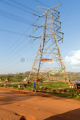 Wakiso Town  Uganda - Hochspannungsmast an einer unbefestigten Strasse.