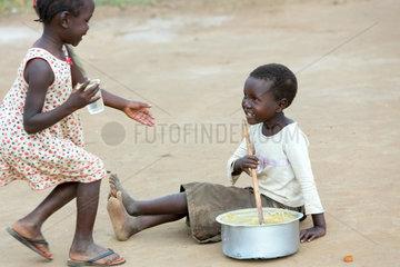 Kamdini  Uganda - Landleben. Kinder spielen Kochen.