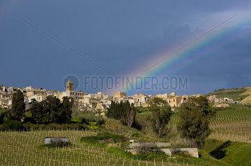 Poggioreale  Italien  Regenbogen ueber den Ruinen von Poggioreale