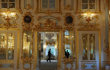 Sankt Petersburg  Russland  Ballsaal im Palast von Peterhof