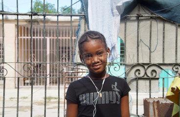 Havanna  Kuba  Portraet eines Maedchens mit iPod und Bunny-Shirt