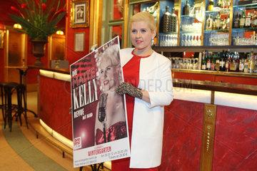 Berlin  Deutschland  Maite Kelly  Saengerin  praesentiert das Plakat fuer die Maite Kelly Revue