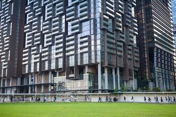 Singapur  Republik Singapur  Blick auf den Marina One Gebaeudekomplex