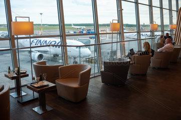 Helsinki  Finnland  Wartende Passagiere auf dem Flughafen Vantaa