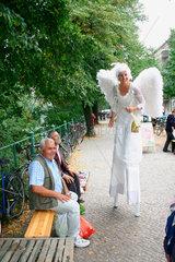 Berlin - Weisse Engelin auf dem Marktfest am Maybachufer in Kreuzberg