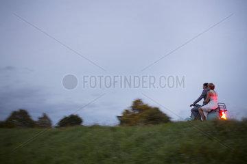 Mann und Frau auf einem Motorroller auf dem Weg zum Standesamt