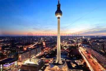 Berlin  Deutschland  der Berliner Fernsehturm und Stadtpanorama bei Sonnenuntergang