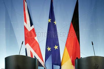 Berlin  Deutschland - Die Fahnen von Grossbritannien  der Europaeischen Union und Deutschlands haengen an Standarten hinter zwei Stehpulten vor einer Logowand in einem Presseraum des Aussenministeriums.