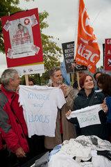 Berlin  Deutschland  Protestaktion gegen Einsparungen unter dem Motto: Das letzte Hemd