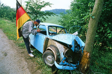 Unfall-Trabant vor dem Baum