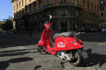 rote Vespa in Rom