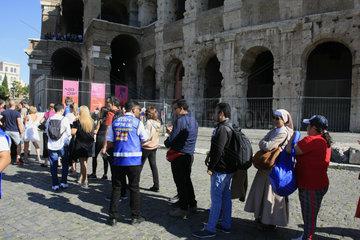 Menschenschlange vor dem Kolosseum