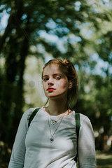 Junge Frau beim Wandern