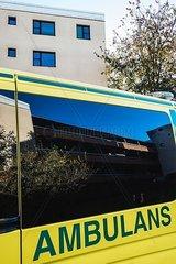 Krankenwagen vor einem Wohngebaeude