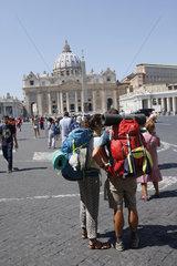 Touristen auf dem Petersplatz