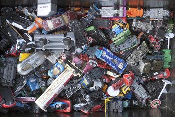 Kiste mit alten Spielzeugautos