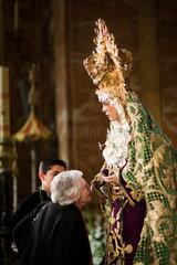 Sevilla  Spanien  eine alte Frau kuesst die Hand der Jungfrau von Macarena