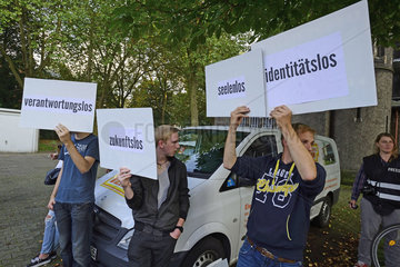 Deutschland  Nordrhein-Westfalen - Informationsveranstaltung zum Thema Fluechtlinge  dabei protestierende Anhaenger der Identitaeren Bewegung