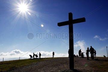 Silhouetten von Menschen auf dem Belchen im Schwarzwald