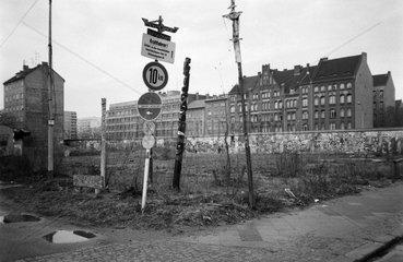 Berlin  Deutschland  Freiflaeche in Westberlin an der Berliner Mauer