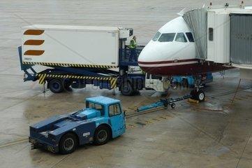 Letzte Servicearbeiten an einem boardingbereiten Passagierjet