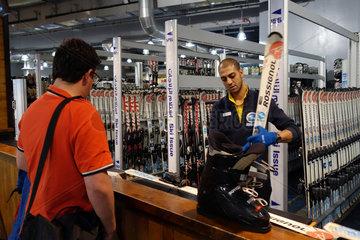 Dubai  Vereinigte Arabische Emirate  Mann leiht sich Skier und Skischuhe aus