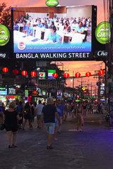 Touristen zwischen Bars  Geschaeften und Restaurants auf der Bang