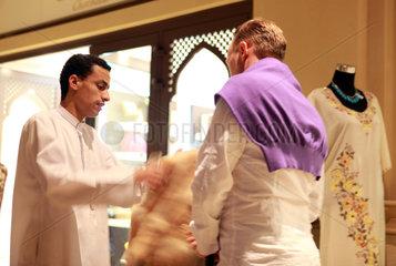 Dubai  Vereinigte Arabische Emirate  Tourist feilscht mit einem Verkaeufer