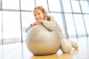 Glueckliches Maedchen mit einem Gymnastikball