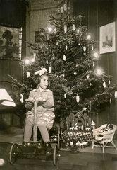 Bescherung  5jaehrige  Heiligabend 1927