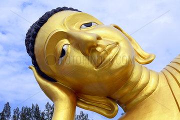 liegender goldener Buddha im Tempel Wat Sri Sunthon  Phuket  Tha