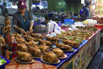Marktstand mit landestypischen Speisen auf dem Naka Weekend Mark