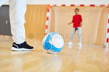 Kinder beim Fussball vor dem Torschuss