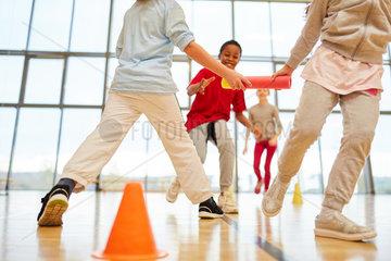 Kinder Team macht einen Staffellauf