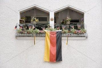 2010  berlin   neukoelln  deutschland  weserstrasse  deutschlandflagge an einem balkon