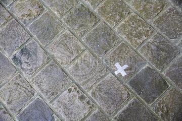 Kreuz aus Klebeband