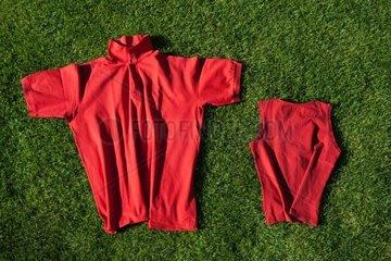 rote Shirts auf gruenem Rasen
