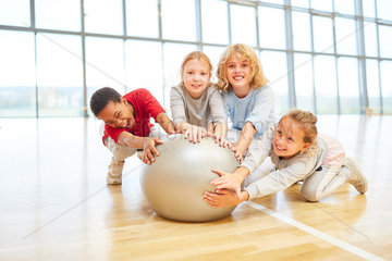 Kinder mit einem Gymnastikball