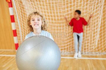 Sportlicher Junge mit einem Gymnastikball