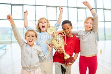 Erfolgreiches Schueler Team mit Pokal