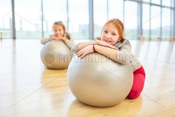 Maedchen machen Pause im Sportunterricht