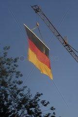 Deutsche Fahne an einem Kran