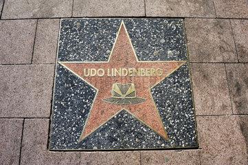 Stern im Stile des Hollywood Boulevard fuer Saenger Udo Lindenberg auf der Reeperbahn in St. Pauli  Hamburg  Deutschland  Europa