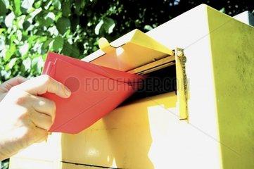 Briefkasten Briefe einwerfen