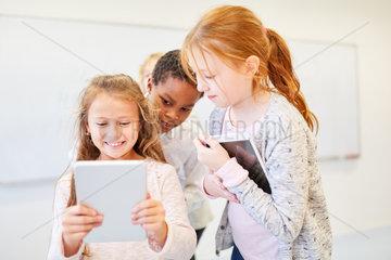 Kinder im Informatik Unterricht lernen online