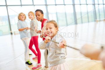 Kinder machen einen Tauziehen Wettbewerb