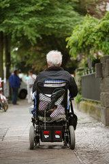 Berlin  Deutschland invalider Rentner im Rollstuhl